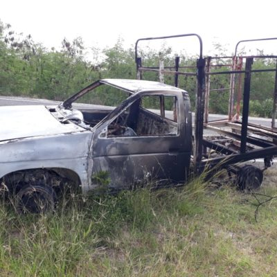 Se incendia camioneta en camino de Chetumal