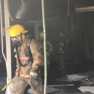 Bomberos logran controlar incendio en instalaciones de antiguo banco en Chetumal; no se reportan víctimas
