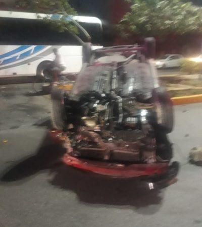 Por conducir borracho termina volcado en el camellón de la avenida Juárez de Playa