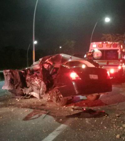 SE ESTRELLA EN LA HUAYACÁN Y MUERE: Aparatoso accidente del conductor de un Versa en Cancún