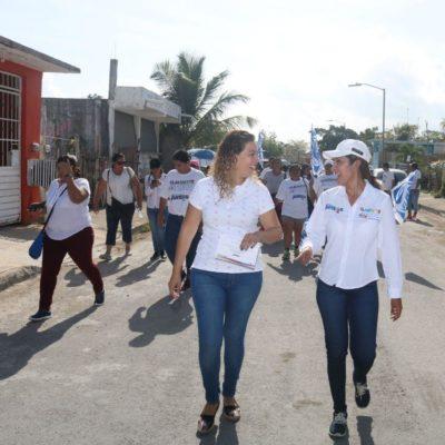 Camina Claudette González Arrellano con residentes del fraccionamiento Caribe en Chetumal