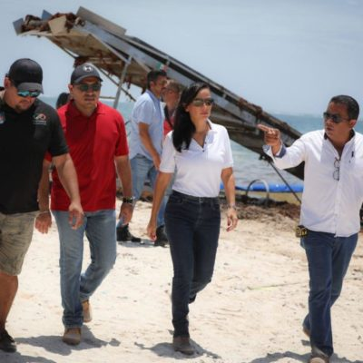 Laura Fernández supervisa labores de retiro de sargazo en playas de Puerto Morelos