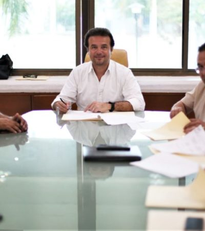 """Gobierno de Cozumel y CFE firman convenio de coordinación para dotar de electricidad a vecinos de la colonia Maravilla y """"La Botella"""""""