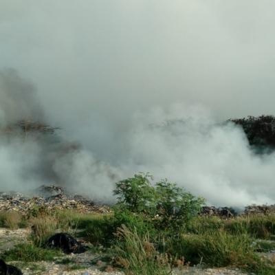 Interviene personal de Conafor para intentar controlar incendio que se registra en basurero municipal de Chetumal