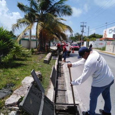 Realizan trabajos de limpieza del drenaje pluvial en Isla Mujeres