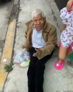 Tratan de abandonar a un anciano en la calle, pero un video en redes obliga a sus familiares a recogerlo