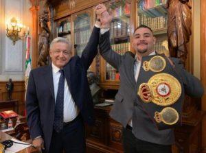 Intercambian regalos el campeón Andy Ruiz Jr. y AMLO en Palacio Nacional