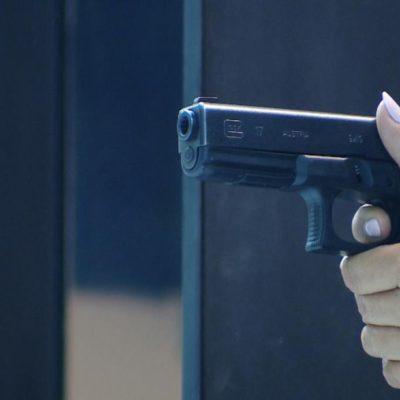 Más mujeres quieren portar un arma en México ante violencia de género e inseguridad, dicen activistas