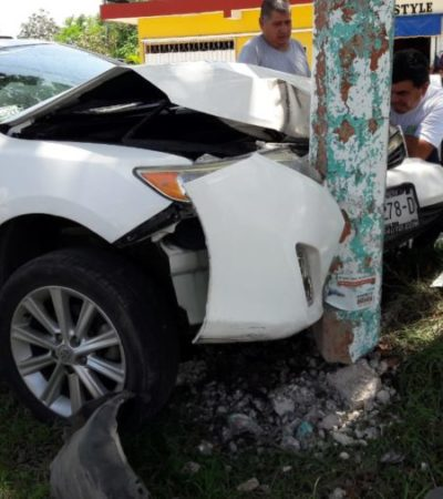 Choque de automóvil contra poste provoca que luminaria golpeara a persona de la tercera edad en Chetumal