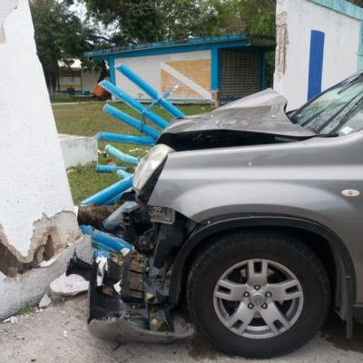 Joven destruye el coche de su papá en Chetumal
