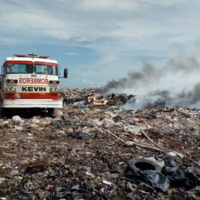 Elementos de Bomberos y Protección Civil aún no logran 'encapsular' el incendio registrado en el basurero municipal de Chetumal