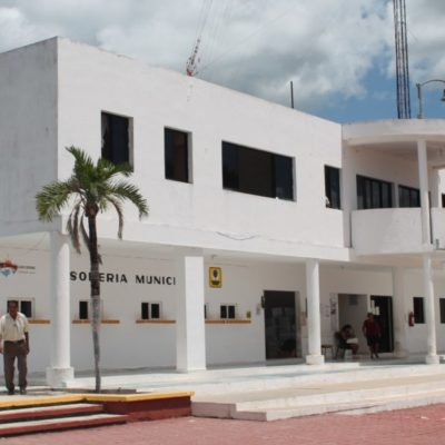 Regidores de Lázaro Cárdenas exigen sesión de cabildo para revocar facultades especiales otorgadas a David Kahuil