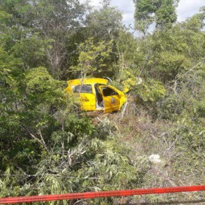 Taxi de Mahahual se sale de la vía y termina entre la maleza