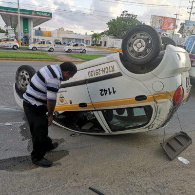 Taxi de Chetumal vuelca tras ser embestido