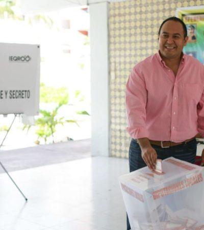 Juan Carrillo cumple con su deber ciudadano y asiste a votar; pide a los ciudadanos participar en la jornada electoral