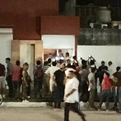 TUMULTO EN PLAYA POR SUPUESTA COMPRA DE VOTOS: Morenistas rodean un local en la colonia Villamar I ante denuncia de presuntos pagos por sufragios a favor del PAN en Solidaridad