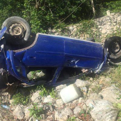 Estalla llanta de un vehículo conducido por un menor de 13 años; tras varias volteretas, termina en el monte y, junto con su papá, están graves