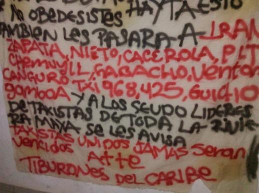 Aparece en puente de Chemuyil presunta narcomanta con amenazas contra taxistas de Tulum
