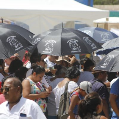 CRÓNICA | VENDIMIA Y NUEVO 'ACOMODO' PARA POLÍTICOS EN TULUM: Evento de AMLO atrae 'mercado de souvenirs' que incluía camisetas, gorras, sombreros, tazas para café y sombrillas