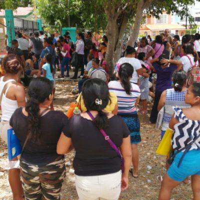 Padres de familia se quejan por falta de organización en el pago de becas municipales de Benito Juárez