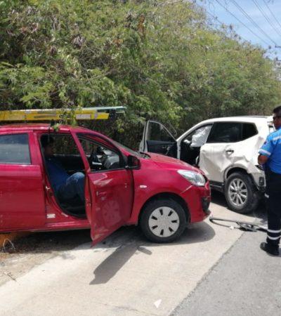Camioneta provoca accidente al retornar de manera indebida en la carretera Cancún-Playa