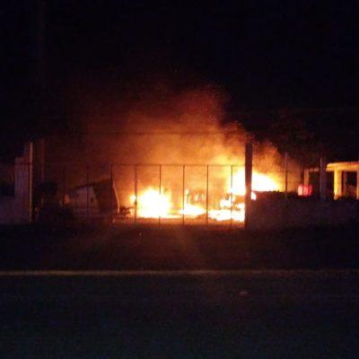 ATAQUE INCENDIARIO AHORA EN CHETUMAL: Prenden fuego a tres tráileres en encierro en carretera rumbo a Subteniente López y dejan amenaza