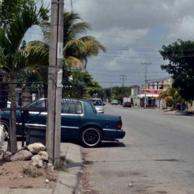"""""""PASAN LAS PATRULLAS Y NUNCA LES DICEN NADA"""": Invasión de banquetas, estacionamientos, calles y rampas por parte de talleres mecánicos, crea quejas ciudadanas en Cancún"""