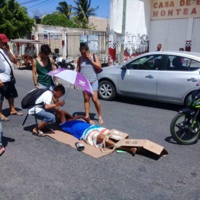 Taxista de Cancún provoca accidente de motociclista, al intentar ganar el paso