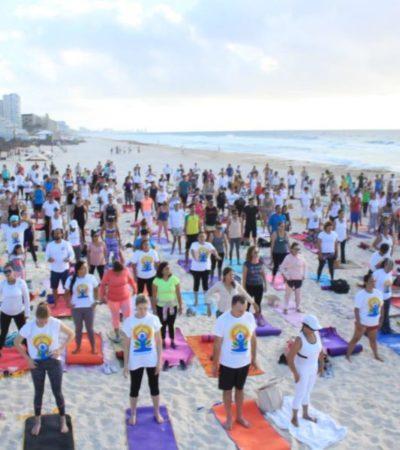 Más de 600 personas celebran el Día del Yoga en playa Delfines
