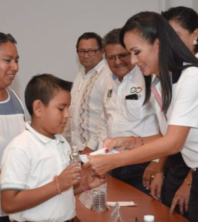 Laura Fernández entrega becas escolares a estudiantes de nivel básico de Puerto Morelos