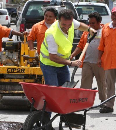 Pedro Joaquín supervisa trabajos de bacheo en diferentes colonias de Cozumel