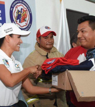 Laura Fernández entrega uniformes y equipo al Heroico Cuerpo de Bomberos de Puerto Morelos