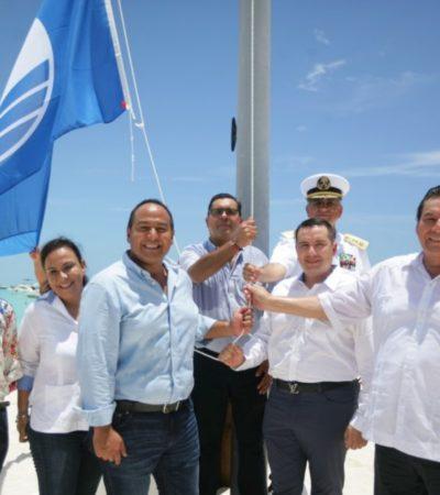 """Ayuntamiento de Isla Mujeres realiza izamiento de distintivo """"Blue Flag"""" en playa Norte"""