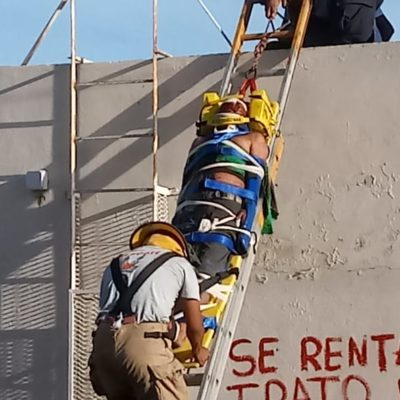 Trabajador se fractura tras caer de andamio en Chetumal