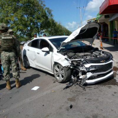 Taxista queda prensado tras estrellarse contra un coche en Chetumal