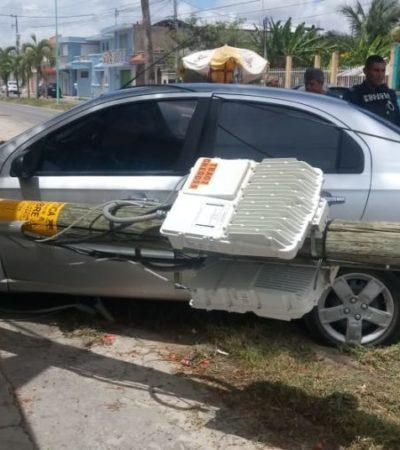Camioneta choca contra automóvil, derriba poste y lesiona a dos personas en Chetumal