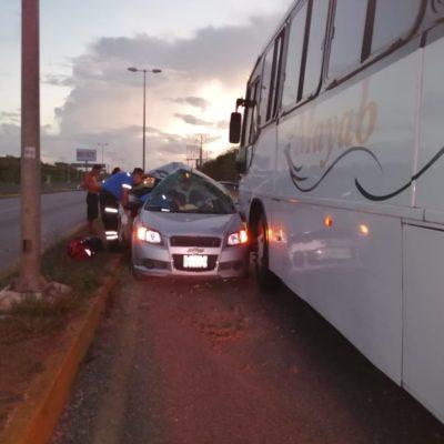 Muere automovilista al chocar contra autobús en Puerto Morelos