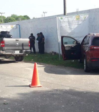 Colisión entre vehículos derriba una barda del campo de béisbol en José María Morelos