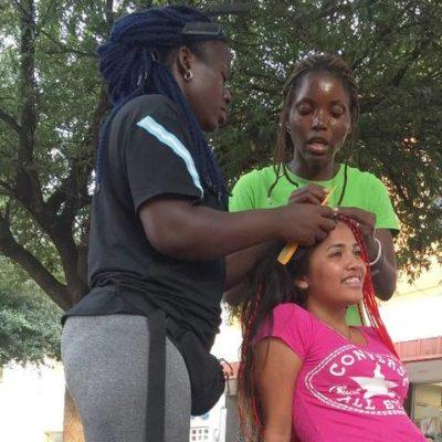 Peinan migrantes congoleñas a tamaulipecos y causan sensación en Nuevo Laredo