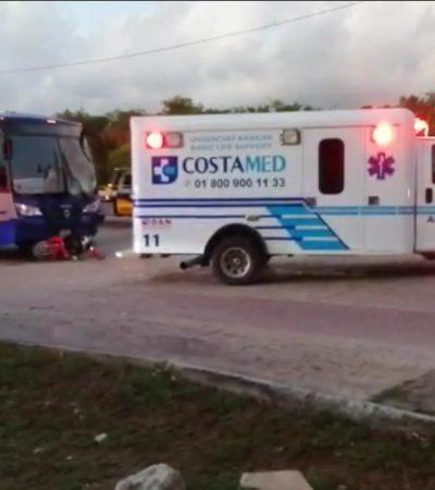 Por conducir en sentido contrario, motociclistas son impactados por un autobús en Playa; muere una mujer