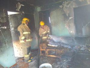 Se lanza mujer desde un tercer piso para escapar de incendio; dos hombres y un menor sufren quemaduras