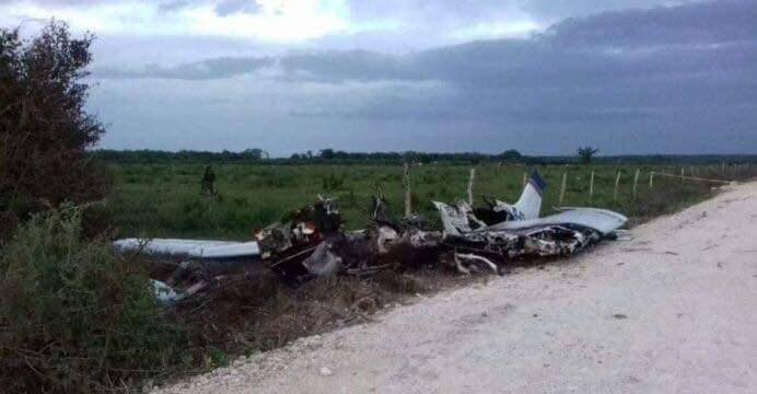 ABANDONAN AVIONETA CON DROGA: Aseguran restos de aeronave con 200 kilos de cocaína en pista clandestina de Bacalar