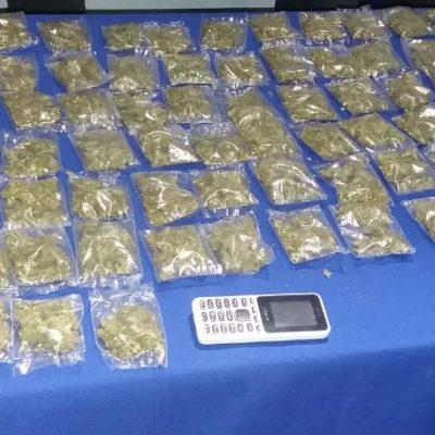 Detienen a dos en Cancún con 100 bolsitas de marihuana