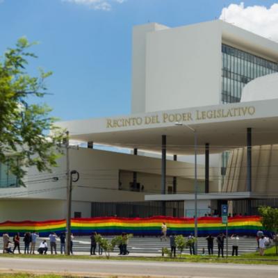 ENTRE ROSARIOS Y BANDERAS ARCOIRIS: Asesta congreso yucateco nuevo rechazo al matrimonio igualitario
