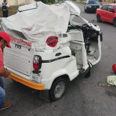 Mototaxi trata de ganarle el paso a un taxi y pierde en Villas del Sol de Playa del Carmen