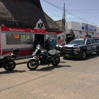 Reporte por personas armadas genera movilización policíaca y cateo en bar de Playa del Carmen
