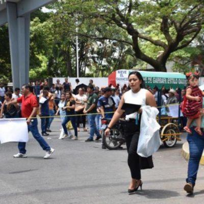 Desalojan con antimotines protesta de rechazados en universidad de Tabasco; joven es 'jaloneada' y termina semidesnuda