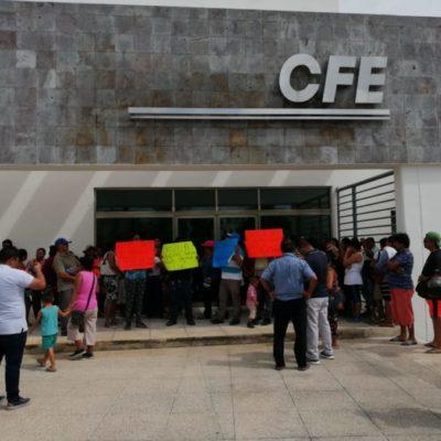 Familias de Cristo Rey protestan por negativa de CFE de reconectar el servicio de electricidad