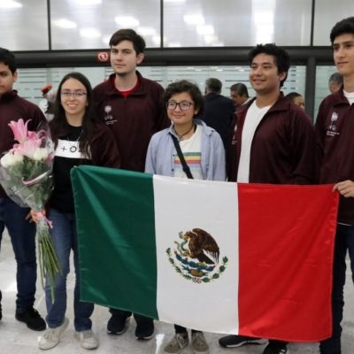 Vuelven con medallas jóvenes matemáticos apoyados por Guillermo del Toro