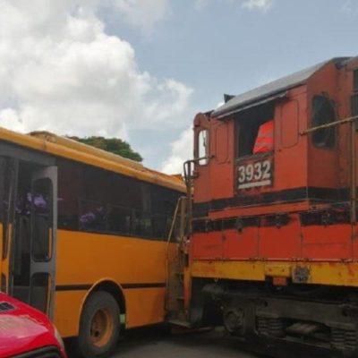 Conducía chofer de autobús escuchando música con audífonos y no paró al paso del tren en Mérida